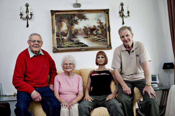 55 gadus vecais leļļu mīļotājs Karls (no labās) dzīvo lielā mājā kopā ar saviem vecākiem Džefriju un Dorīnu Oksfordā.
