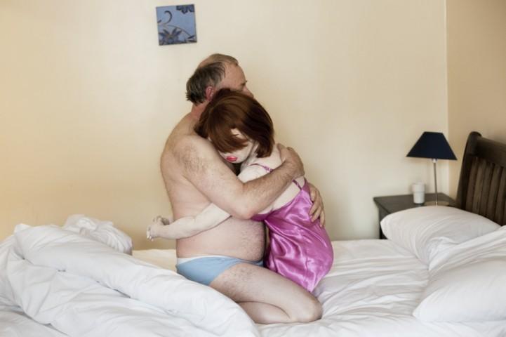 """""""Cilvēks-ēna"""" pamodies kopā ar savu lelli Karlīnu viesnīcas numurā. Karlīna ir «plīša lācīša» tipa lelle, tā ir mīkstāka un vieglāka par silikona lellēm un galvenokārt ir domāta apskāvieniem un gulēšanai līdzās."""