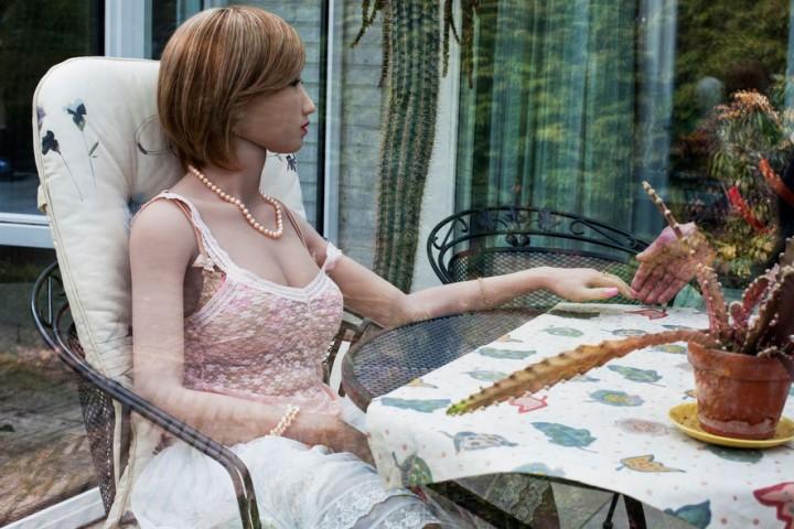 """""""Nescio 50"""" un viņa lelle Lilī dzīvo Holandē kopā ar vēl trim citām lellēm. Šim vīrietim nekad nav bijusi """"dzīva"""" draudzene. Lelles palīdzot viņam kliedēt vientulību."""