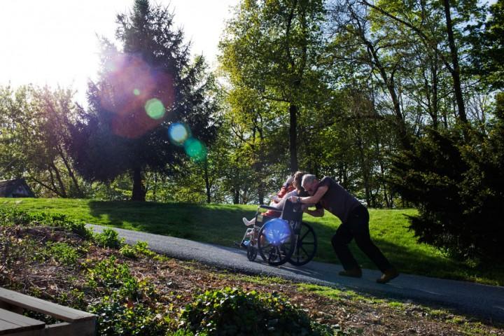 Kriss no Pensilvānijas stumj ratiņus ar savām lellēm Lalu Salamu un Šaronu. Tās ir no silikona un ilgi viņas nest nav viegli.