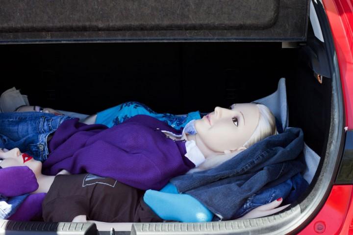 """""""Eirls"""" nogulda savas lelles Leu, Andželu un Hannu automašīnas bagāžas nodalījumā. Viņa """"leļļu kaislība"""" ir slepena un neviens par to nezina."""