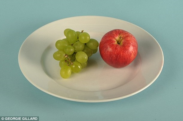Vidēja izmēra ābols un neliels vīnogu ķekars