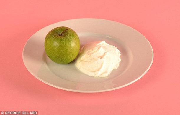 Vidēja izmēra ābols un 125 g jogurta bez piedevām