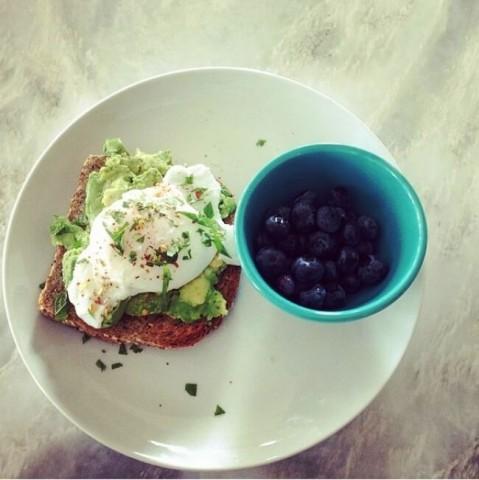 Ola, grauzdiņš ar avokado šķēlītēm un mellenes --  Pilngraudu maizes grauzdiņš, avokado biezenis un uz mērenas uguns cepta ola, pārkaisīts ar zaļumiem un sarkanajiem pipariem. Mellenes un zaļumi – lieliski antioksidanti, bet sarkanie pipari stimulē asinsriti.