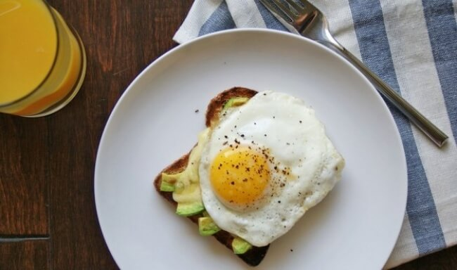 Grauzdiņš ar avokado, sieru un olu – Maizes šķēli ar avokado un sieru nedaudz uzsildīt cepeškrāsnī, pēc tam uzlikt tikko ceptu olu - vēršaci un uzkaisīt garšvielas. Nemaz nerunājot par to, ka tas ir garšīgi, šādas brokastis palīdzēs nejust izsalkumu līdz pat pusdienām.