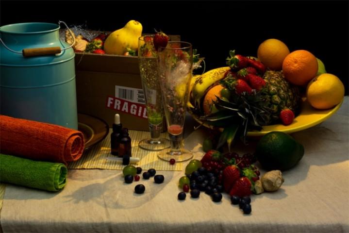 """Britu televīzijas seja Saimons Kauels. """"Dzīves rītausma"""": aviopārvadājumiem paredzēta kartona kaste, līdz malām piepildīta ar ananāsiem, zemenēm, vīnogām, dzērvenēm, mellenēm, apelsīniem, mango un avokado, no kuriem tiek gatavoti smūtiji , kā arī piens vannai un vitamīnu mikstūra."""