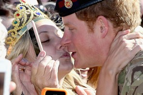 "Princis Harijs nobučo fani, kura tur plakātu ""Appreci mani!"""