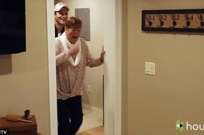 Eštona Katčera mamma apraudas, saņemot no dēla dāvanu