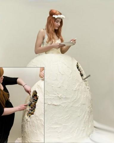 Kāzu kleita - torte. Interesanti, kas būs mugurā līgavai, kad kūku būs nobaudījuši visi viesi?..