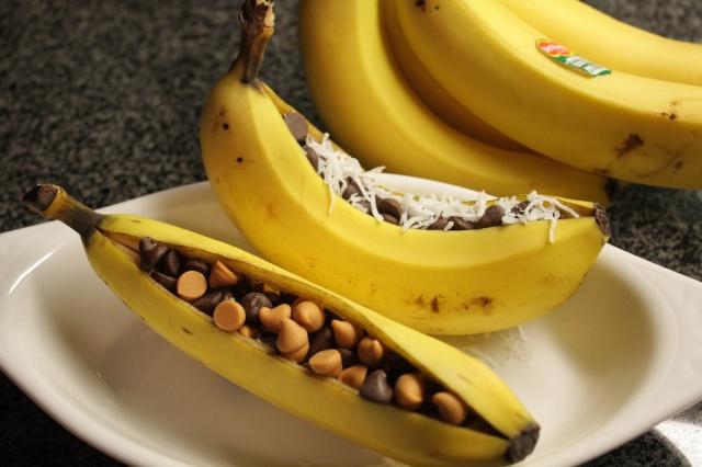Banāns ar riekstiem un šokolādi, pagatavots grillā