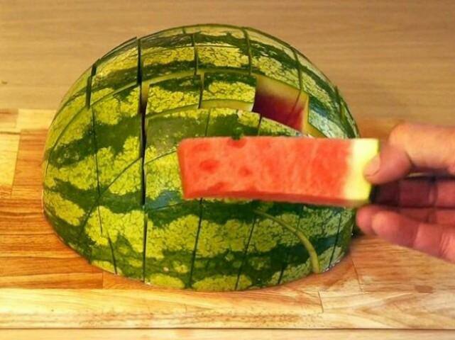Šādi sagrieztu arbūzu būs vienkāršāk nobaudīt