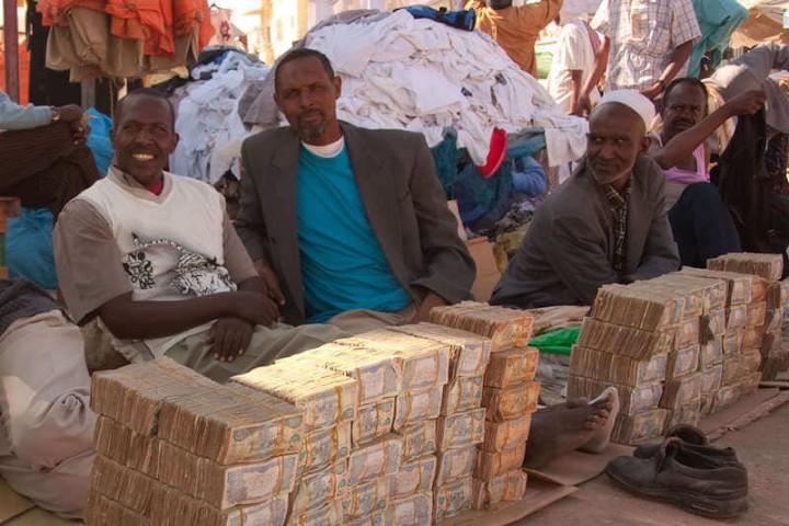 Somālijas nacionālā valūta - šiliņš - ir kļuvusi gandrīz bezvērtīga, un liela daļa uzņēmumu un ārvalstnieku darījumus veic dolāros.