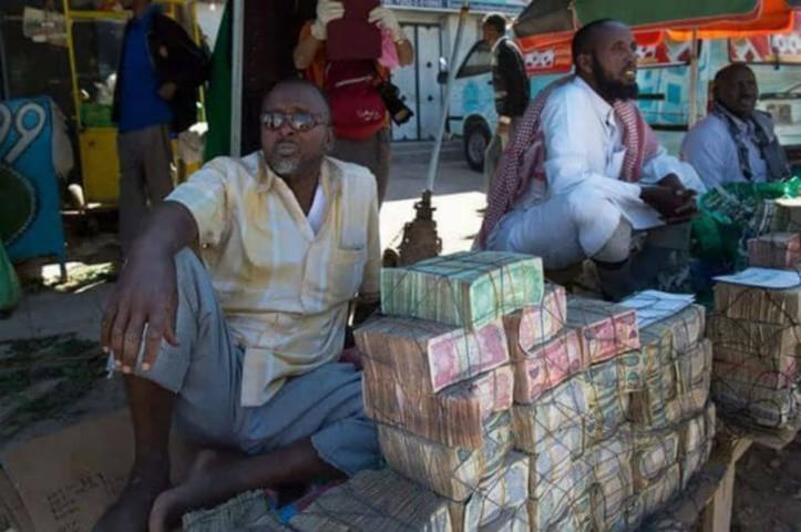 Tāpēc naudu šeit ved ar ķerrām, par naudas maku kalpo tīkliņi, grozi, maisi, vai arī banknotes vienkārši tiek sakrautas kaudzē uz zemes.