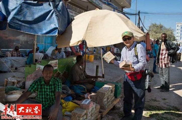 Lai nopirktu ikdienišķo pārtiku, iedzīvotājiem ir jānēsā līdzi vesels maiss ar naudu!