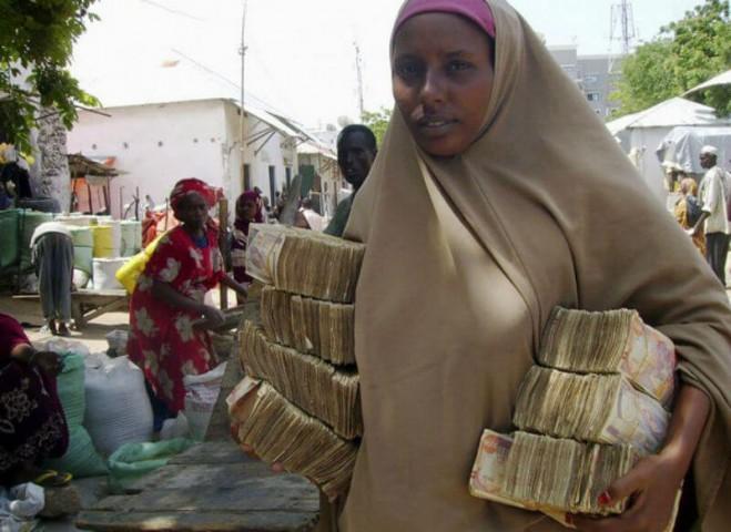Šī sieviete, iespējams, dodas iegādāties tikai kukuli maizes.