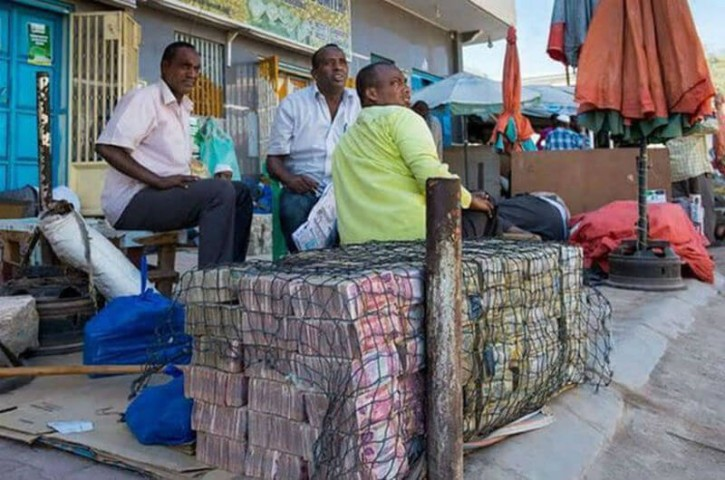 Somālijas banku sektors ir vāji attīstīts, lielai daļai cilvēku paļaujoties uz pārskaitījumiem no ārvalstīm. Nozares attīstību negatīvi ietekmējuši vairāk nekā 20 gadus ilguši militārie konflikti.