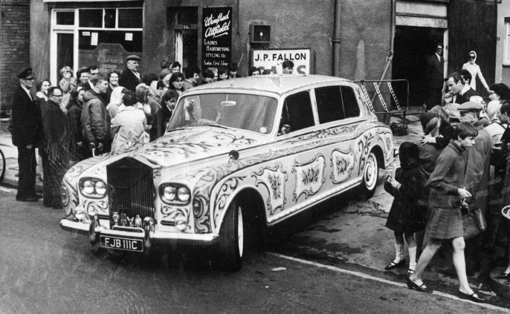 Džona Lenona Rolls Royce izbrauc no garāžas