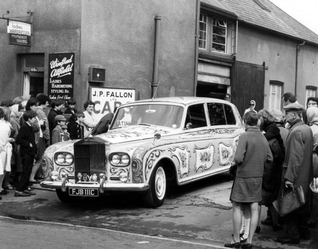 "Cilvēki ar lielu interesi aplūko šokējoši ""uzlaboto"" Rolls Royce"