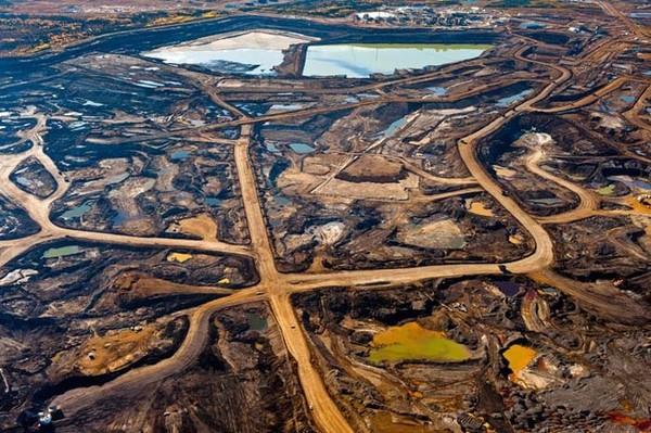 Naftas smilšu ieguves vieta Albertā, Kanādā. Skats no kosmosa