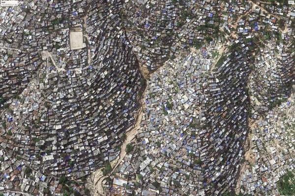 Haiti galvaspilsētas Portoprensas grausti ir pārapdzīvoti. Šis skats no kosmosa it nemaz neasociējas ar paradīzes stūrīša zemes virsū attēliem tūrisma bukletos.