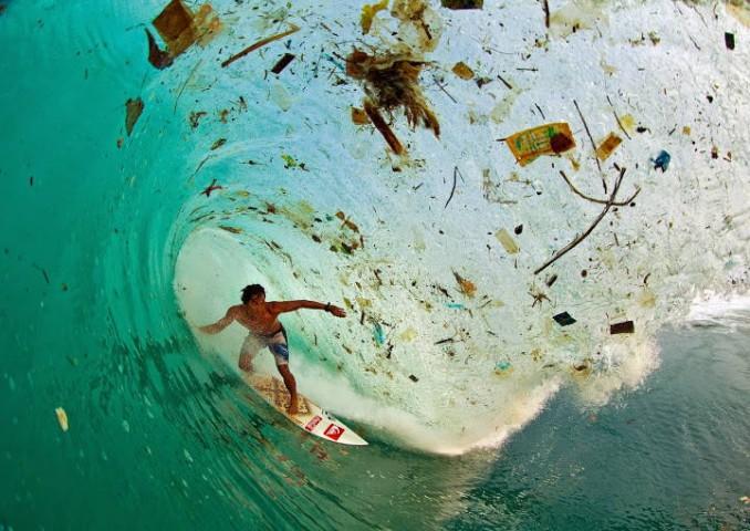 Sērfotājs Javas salā Indonēzijā, šķiet, noķēris atkritumu vilni