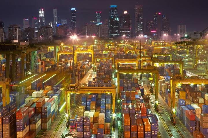 Kad kravas konteineri ir viss, ko var redzēt līdz horizontam. Osta Singapūrā