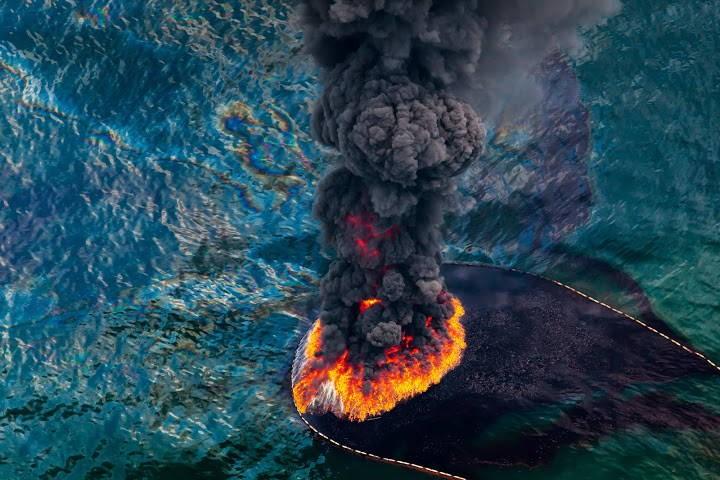 Deg naftas plankums Meksikas līcī.