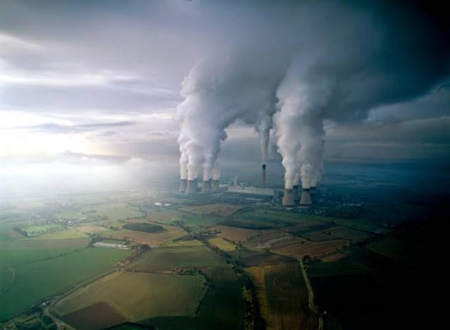 Dūmu stabi virs ogļu elektrostacijas Lielbritānijā
