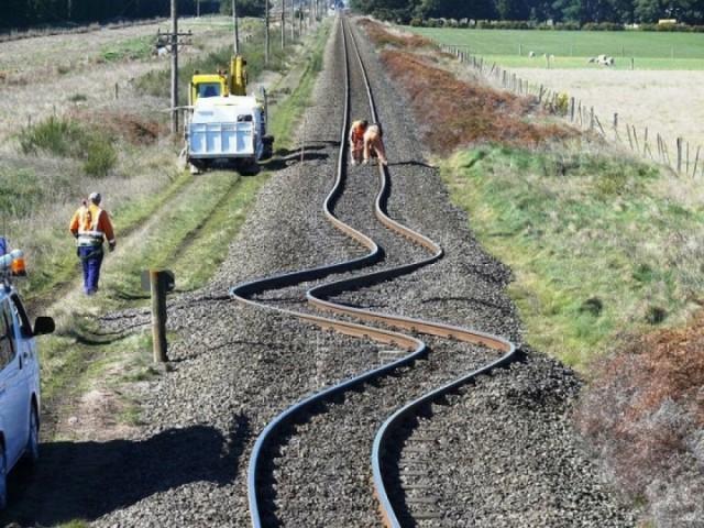 Dzelzceļa sliedes Jaunzēlandē pēc 2010.gada zemestrīces .