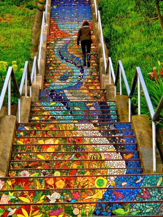 skaisti nokrāsotas kāpnes