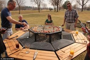 Grils – astoņstūru galds dārza ballītēm
