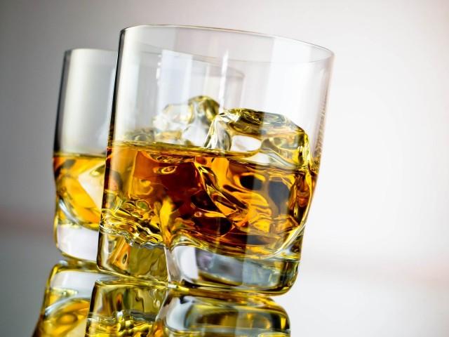 LABĀK NĒ: Alkohols (vēl vairāk atūdeņo organismu)