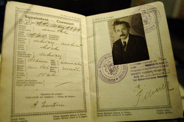 Alberts Einšteins, ebreju izcelsmes fiziķis