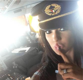 pilots izklaidējas ar modeli