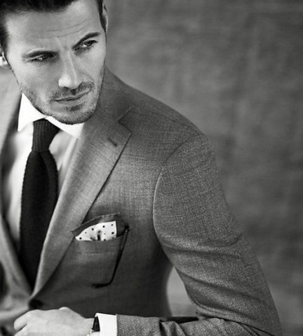 Kabatlakatiņi sniedz papildu eleganci, taču uzmaniet, lai tā audums vai raksts nesakristu ar kaklasaites musturu.