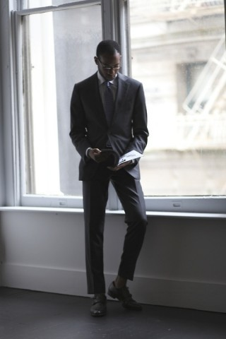 Izvēlieties kokogļu vai pelēkas krāsas uzvalku nevis melnu, ja vien nedodaties uz bērēm.