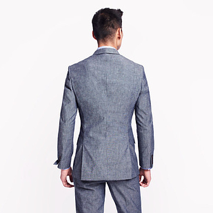 Dubultais šķēlums aizmugurē ir mūsdienīgs un stilīgs.