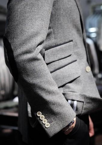 Pārnesot uzvalku mājās, sameklējiet nelielas, asas šķērītes. Uzmanīgi atārdiet aizšūtās žaketes kabatas un šķēlumu galus, kā arī noņemiet no piedurknēm jebkādus ražotāja izšuvumus. Lūkojiet, lai netiktu bojāts audums.