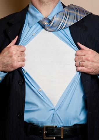 """Ja daudz svīstat, zem krekla pavelciet apakškreklu. Vēlams, lai tā kakla izgriezums būtu zemāks par virskrekla apkakli, jo nekas tā """"neizcūko"""" glaunu uzvalku, kā izspraukusies apakškrekla maliņa."""