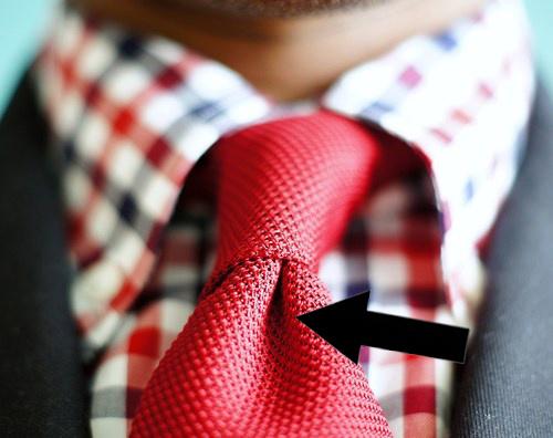 Atstājiet nelielu iedobīti pie kaklasaites mezgla.