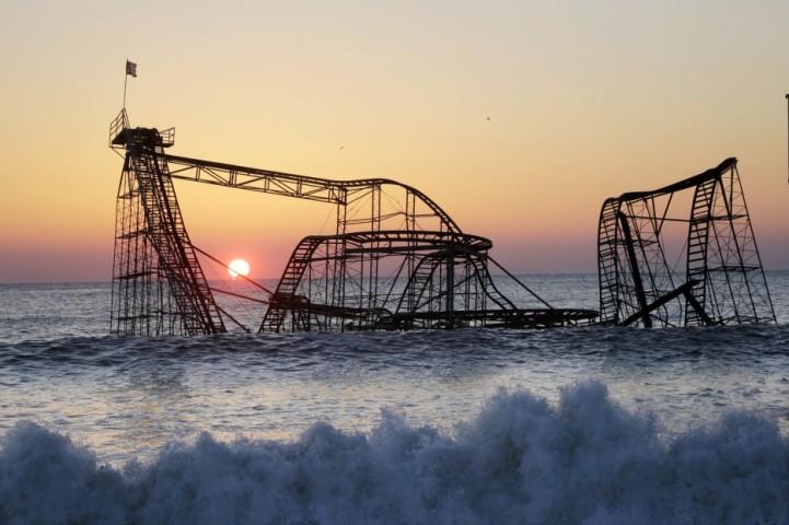 """et Star karuselis, Ņūdžersija, ASV Jet Star karuselis nogrima Altantijas okeānā pēc viesuļvētras """"Sendija"""" 2013. gadā. Tas okeānā rūsēja sešus mēnešus, līdz tika izcelts no ūdens."""