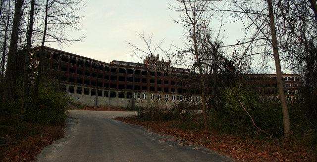 Waverly Hills sanatorija – Kentuki, ASV Par šo vietu klīst visdažādākie nostāsti – pilnmiesīgi spoki, gaistošas ēnas, kliedzieni no tukšām telpām, soļi, pēkšņas aukstuma zonas, bezķermeniskas balsis u.c.