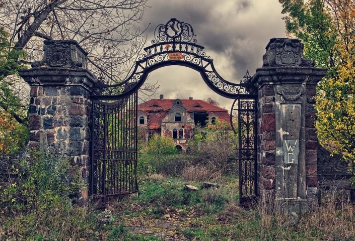 Aizaugusī pils, Polija Šī pils tika uzbūvēta 1910. gadā kā poļu augstmaņu miteklis. Komunistiskā režīma laikā tā pārtapa par lauksaimniecības skolu un sanatoriju garīgi atpalikušajiem bērniem un pieaugušajiem. Pils ir pamesta kopš PSRS sabrukuma.