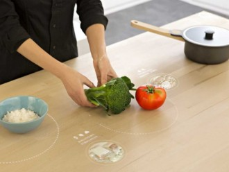 Uz galda būs iespējams ne tikai produktus sasmalcināt, bet arī tos pagatavot. Zem galda seguma paslēptās indukcijas spoles sakarsēs tieši traukus ar produktiem, nevis galda virsmu. Tāpēc darbojoties pie šādas plīts apdedzināties nebūs iespējams.