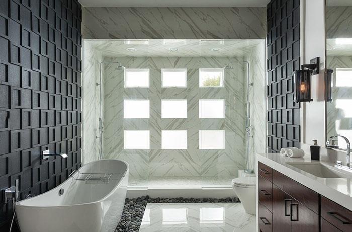 PĒC remonta: pateicoties paplašinātajam logam, vannas istabā ir gaiši un mājīgi