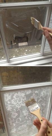 Logu stiklus noklāj ar klīsteri un pielīmē mežģīņu auduma gabalu...