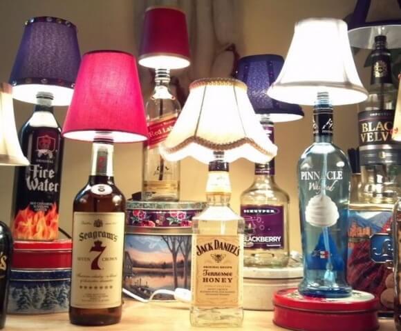 Pudelēm uzliekot naktslampiņas abažūru, izveidosies interesants gaismeklis