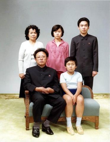 Ziemeļkorejas līderis Kims Čenirs, kurš valsts galvas amatu ieņēma kopš 1994.gada līdz savai nāvei 2011.gadā (blakus tēvam)
