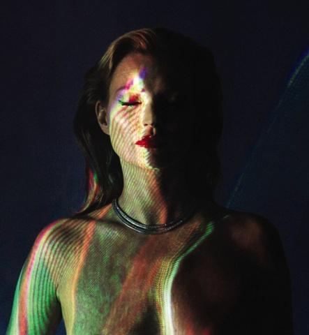 """Modeles portrets ar nosaukumu """"She's Light 2013"""", kura autors ir fotogrāfs Kris Levains (Chris Levine), izsolē startēs ar sākumcenu 15 000 sterliņu mārciņas."""