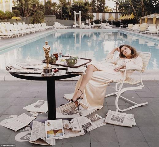 """Feja Danaveja viesnīcā """"Beverly Hills Hotel"""" 1977.gadā. Fotogrāfs: Terijs O'Nīls (Terry O'Neill). Orientējošā sākumcena: no 6 000 līdz 8 000 sterliņu mārciņām."""